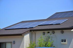 屋根に乗った太陽光パネル