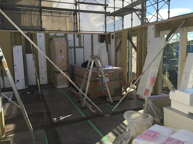 上棟開始2時間で、1階の床と壁がほぼ完成(中2)