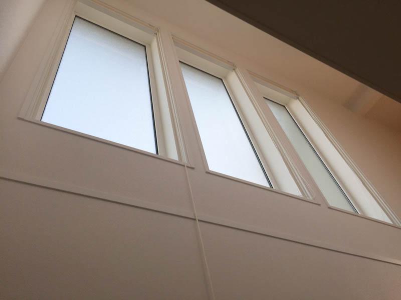 階段の三連窓