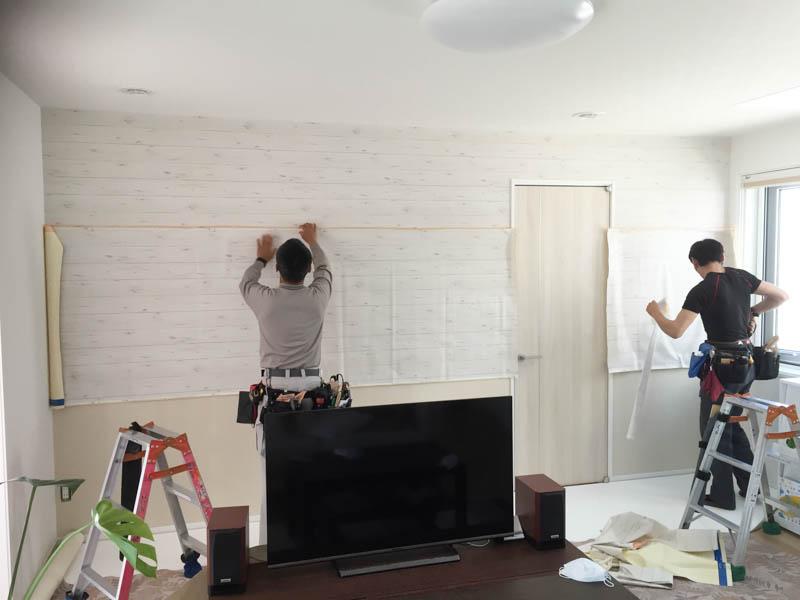 西海岸風ホワイトウッドのシャービックな壁紙(ロンハーマン、ダブルティー風)、しかも横貼りが始まる