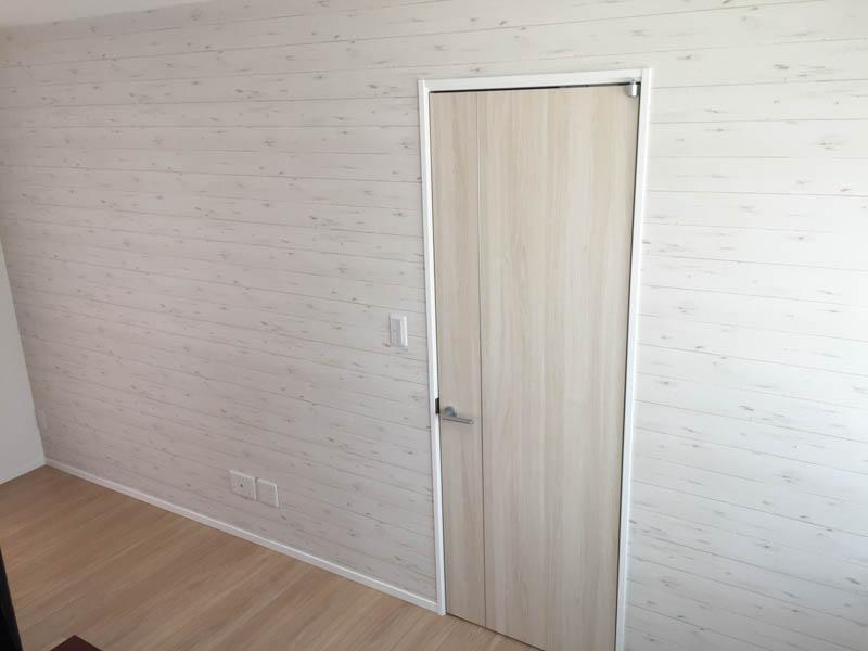 西海岸風ホワイトウッドのシャービックな壁紙(ロンハーマン、ダブルティー風)、しかも横貼りが完成