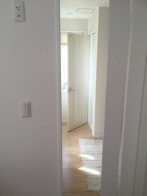 リビングとトイレとの間には、扉が2枚必要