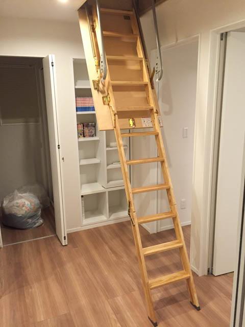 屋根裏(小屋裏)収納の階段を下した状態