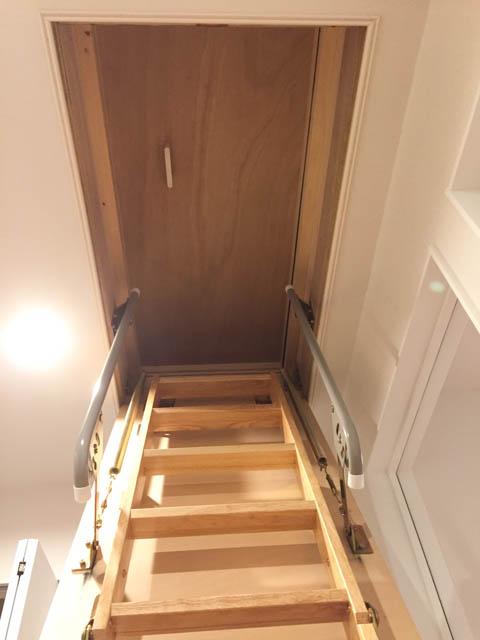 屋根裏(小屋裏)収納の階段を上がっている途中