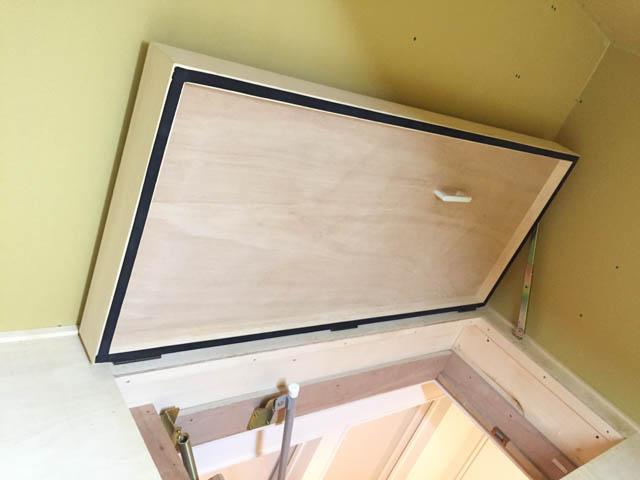 屋根裏(小屋裏)収納の閉じていた蓋を開いた状態