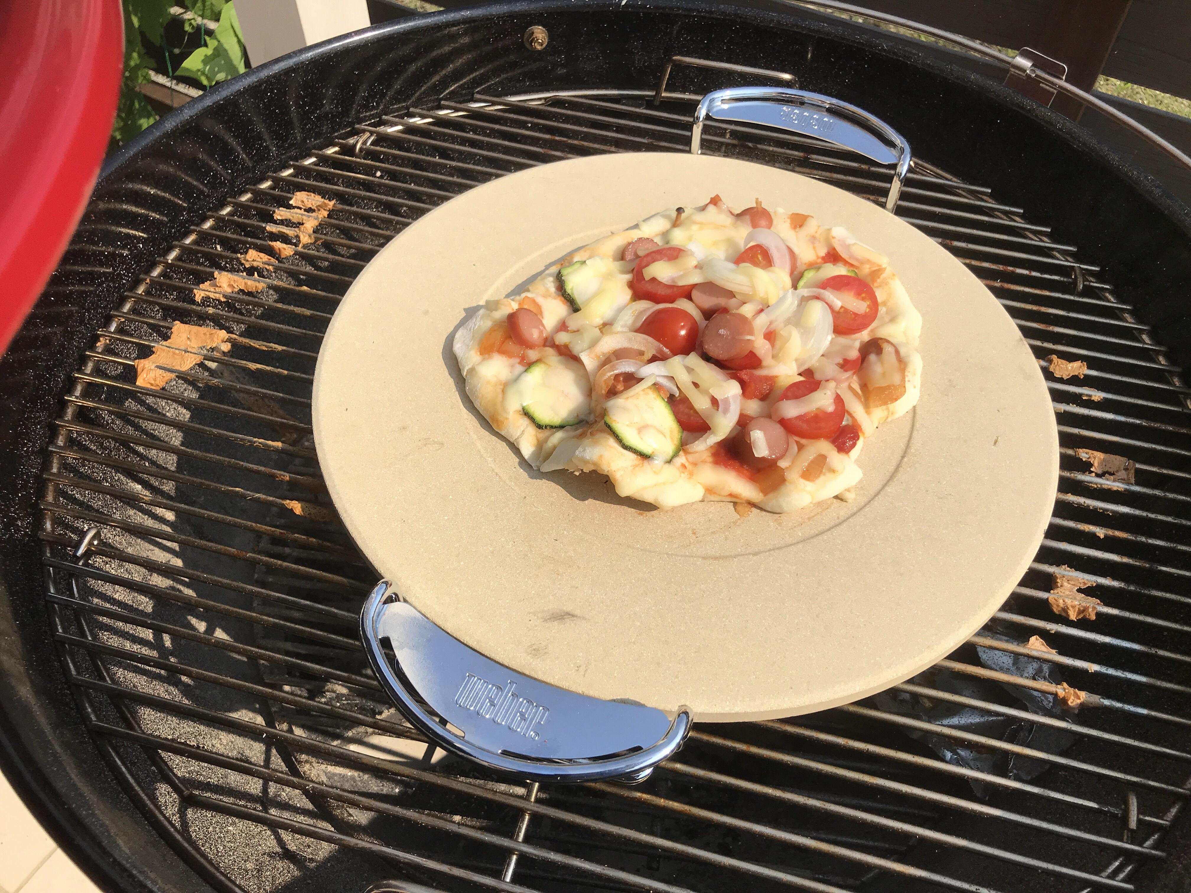 チャコールグリルでピザを焼く